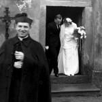 P. Josef Toufar před svým chrámem... (foto Královéhradecká diecese)