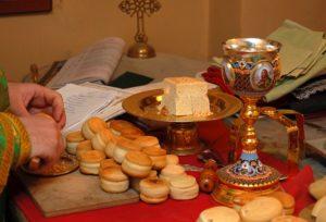 Příprava chlebů a vína před pravoslavnou bohoslužbou při takzvané proskomidii.