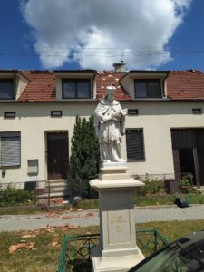 Tornádem nedotčená socha sv. Jana Nepomuckého v Hruškách (foto: Jiří Nováček)