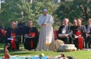 """""""Papež"""" František uctívá pohanské bůžky ve vatikánských zahradách..."""